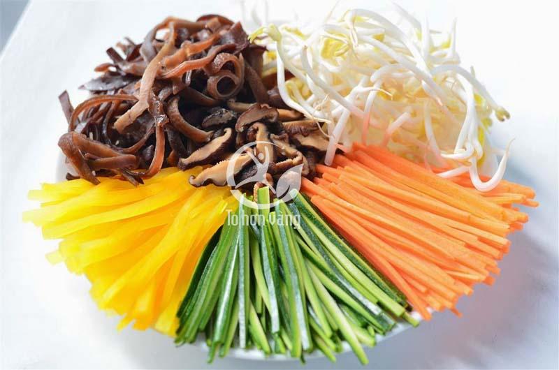 Các nguyên liệu phụ được cắt thành sợi chuẩn bị cho món cơm trộn nhân sâm