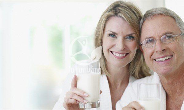 bổ sung các loại sữa giàu canxi cho người già là việc cần thiết, giúp hạn chế được những bệnh liên qua về xương