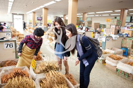 Người Hàn Quốc cũng rất mên khách, vui vẻ và hòa đồng, những người bán sâm thấy khách du lịch đến họ nở nụ cười niềm nở, thân thiện và giới thiệu các mặt hàng mà họ đang có