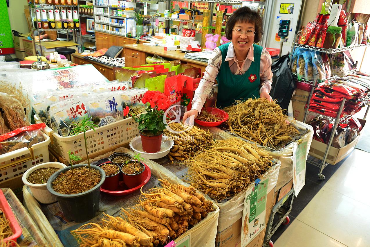 Hương thơm bay ra từ các cửa hàng sâm là một điều không thể thiếu khi đến khu chợ sâm