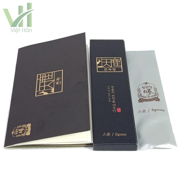 <em>Phụ kiện kèm theo sản phẩm Cao Hồng Sâm Nhung Hươu 180 gram Cheong Kwanchang</em>